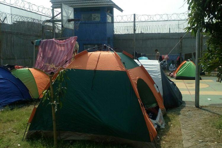 Sebanyak 49 orang pencari suaka membangun tenda di dalam halaman basket Rumah Detensi Imigrasi (Rudenim) Jakarta, Kamis (10/8/2017).