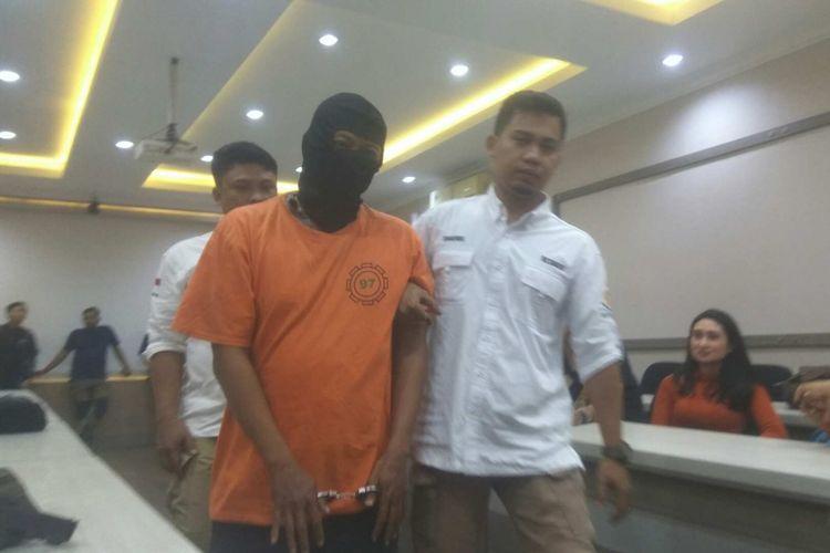 Jayadi (37) pencuri yang berpura-pura menjadi petugas PLN, ditembak di kaki dan ditahan di Mapolrestro Jakarta Selatan, Kamis (10/8/2017).