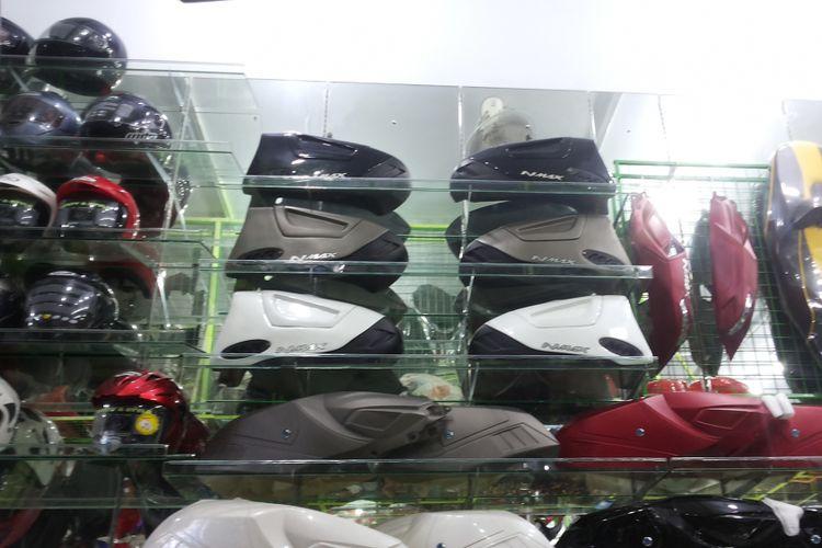 Aksesori side box Yamaha NMAX yang dijual di salah satu toko aksesori yang ada di kawasan Otista, Kampung Melayu, Jakarta Timur, Selasa (16/1/2018).