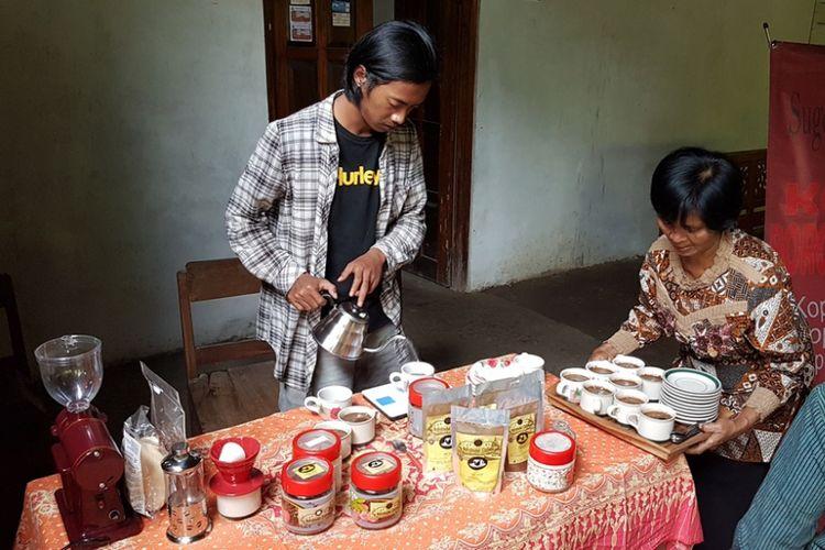 Warga merintis wisata kopi Kerug Batur, Desa Majaksingi, Kecamatan Borobudur, Kabupaten Magelang, Jawa Tengah, Selasa (30/1/2018).