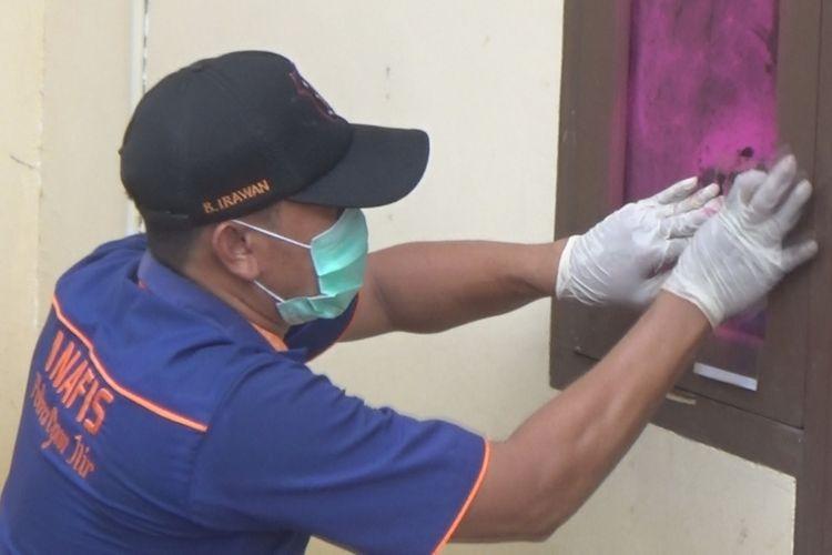 Petugas Inafis Polres Ogan Ilir melakukan upaya pencarian sidik jari pelaku perampokan dan pemerkosaan seorang bidan desa di Ogan IIir Selasa (19/2/2019) dini hari kemarin