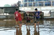 Kolong 'Flyover' Rawajati Penuh Lumpur, Warga Kesulitan Berjalan