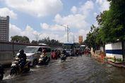 Jalan Mampang Arah Kuningan Digenangi Air, Lalu Lintas Tersendat