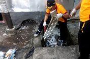 Saat Polisi Terjun Bersihkan Sampah Plastik yang Sumbat Drainase...