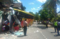 Sopir Mengantuk, Bus Pariwisata Tabrak Rumah Warga