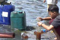 Warga Berebut Ceceran Minyak Berbau Solar di Laut Parepare