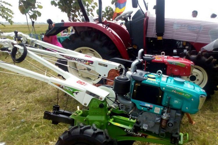 Deretan alat pertanian bermesin mulai dari traktor tangan, mesin penanam, traktor pembajak sawah hingga mesin pemanen padi. Provinsi Jawa Timur mendapat 3.000 traktor dari Kementerian Pertanian. Penyimpanan traktor-traktor ada di Kabupaten Ngawi. Nantinya, traktor-traktor disebar ke seluruh Provinsi Jawa Timur.