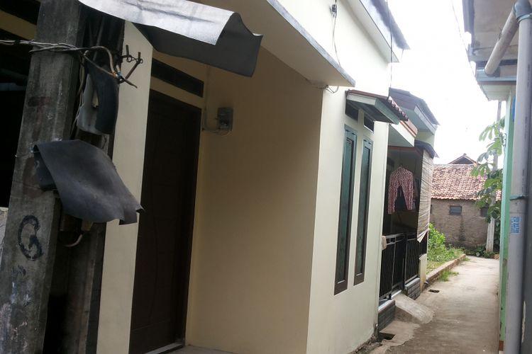 Salah satu rumah seharga Rp 250 juta yang berlokasi di salah satu gang di Jalan Gang 100, Tanjung Barat, Jagakarsa, Jakarta Selatan. Tampak rumah berada di gang sempit yang tidak dapat dilintasi mobil. Foto diambil pada Jumat (31/3/2017).