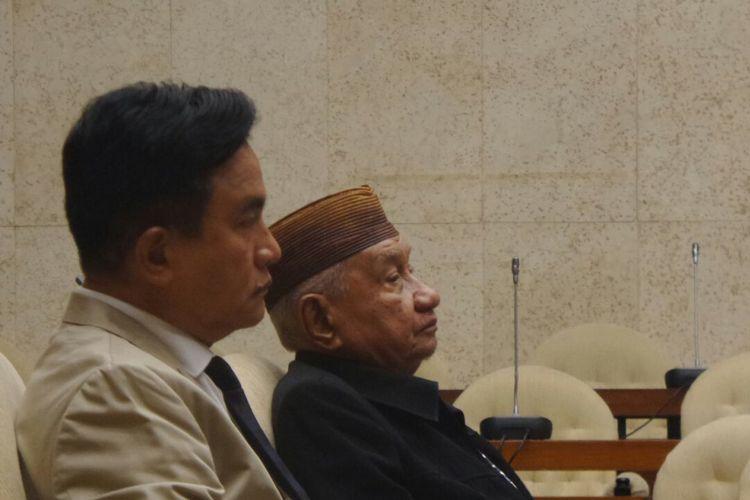 Pakar Hukum Tata Negara Yusril Ihza Mahendra dan Zain Badjeber saat menghadiri rapat pansus hak angket KPK di Kompleks Parlemen, Senayan, Jakarta, Senin (10/7/2017).