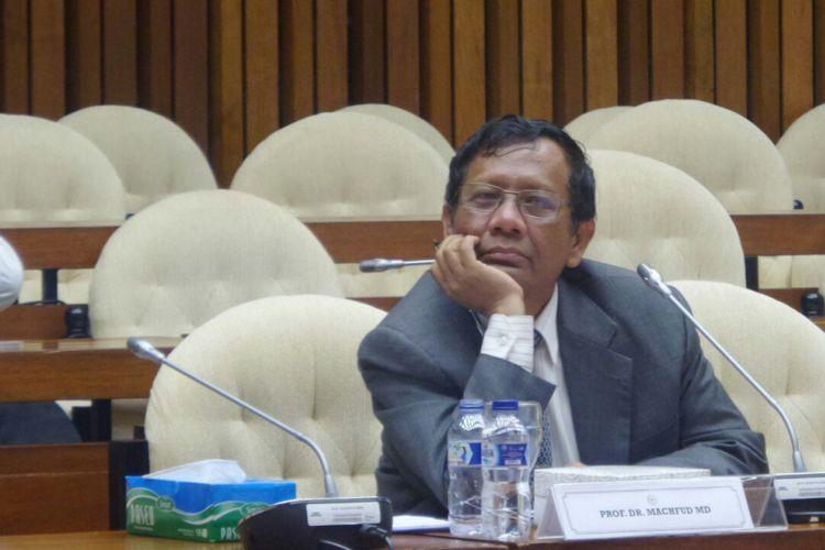 Mantan Ketua Mahkamah Konstitusi, Mahfud MD saat menghadiri rapat pansus hak angket KPK di Kompleks Parlemen, Senayan, Jakarta, Selasa (18/7/2017).