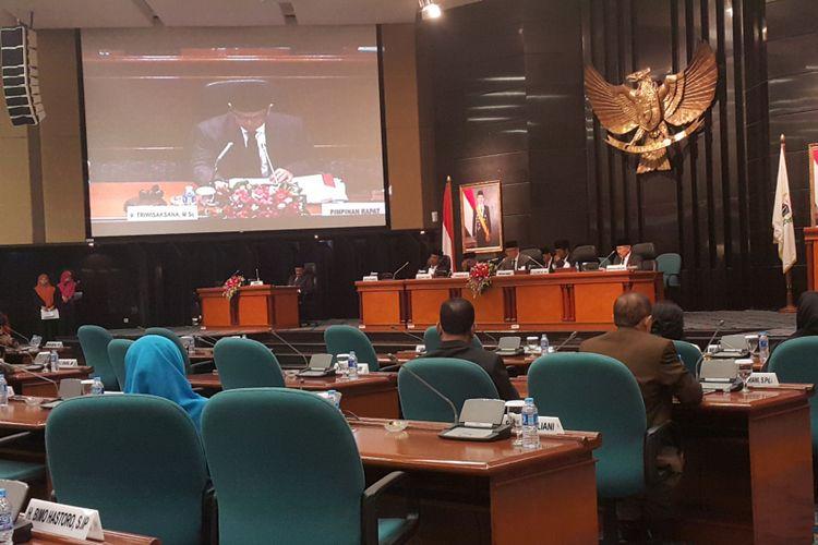 Rapat paripurna tentang pembahasan rancangan peraturan daerah (raperda) tentang Hak Keuangan dan Administratif Pimpinan dan Anggota DPRD DKI Jakarta di Gedung DPRD DKI, Jalan Kebon Sirih, Jakarta Pusat, Kamis (20/7/2017).
