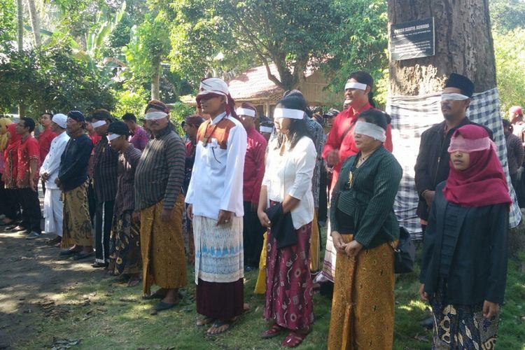 Peserta upacara bendera di Ndalem Pojok, Desa Pojok, Kecamatan Wates, Kabupaten Kediri, Jawa Timur, Rabu (17/8/2017), menutup mata dengan kain sebagai protes sejarah.