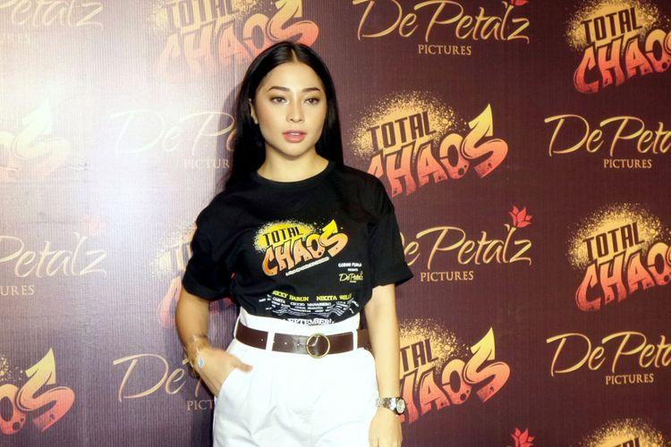 Artis peran Nikita Willy saat berpose di gala premiere film Total Chaos di XXI Planet Hollywood, Gatot Subroto, Jakarta Selatan, belum lama ini.