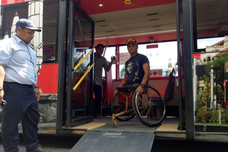 Salah satu wisatwan disable yang ikut wisata keliling Semarang dengan bus tingkat, Jumat (6/9/2017). Tersedianya fasilitas bagi disable dan manula menjadikan bus ini ramah untuk berbagai kalangan.
