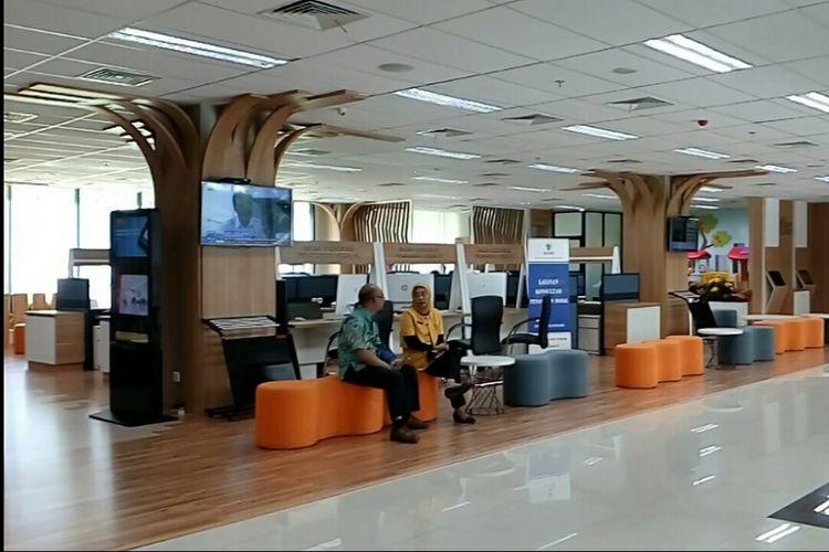 Sejumlah warga mengantre di ruang tunggu Mal Pelayanan Publik, Jalan Rasuna Said, Jakarta Selatan, Jumat (13/10/2017).