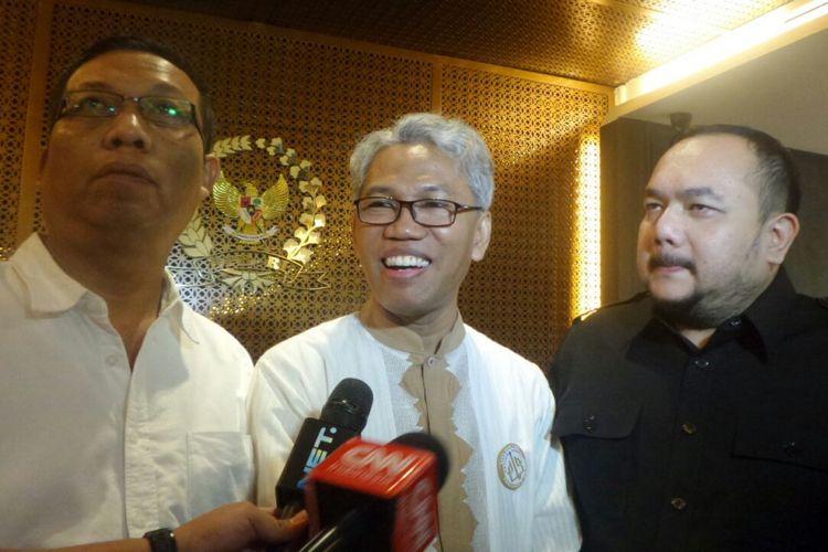 Buni Yani (kiri) bersama kuasa hukumnya Aldwin Rahadian di Kompleks Parlemen, Senayan, Jakarta, Kamis (2/11/2017).