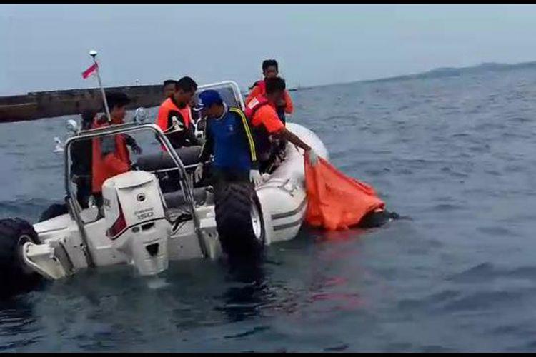 Tim SAR gabungan saat evakuasi korban tewas Tugboat Yong Tat 9 di Bangka Selatan, Kepulauan Bangka Belitung.