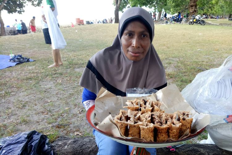 Kue sagu gula khas Maluku yang dijual di Ambon.