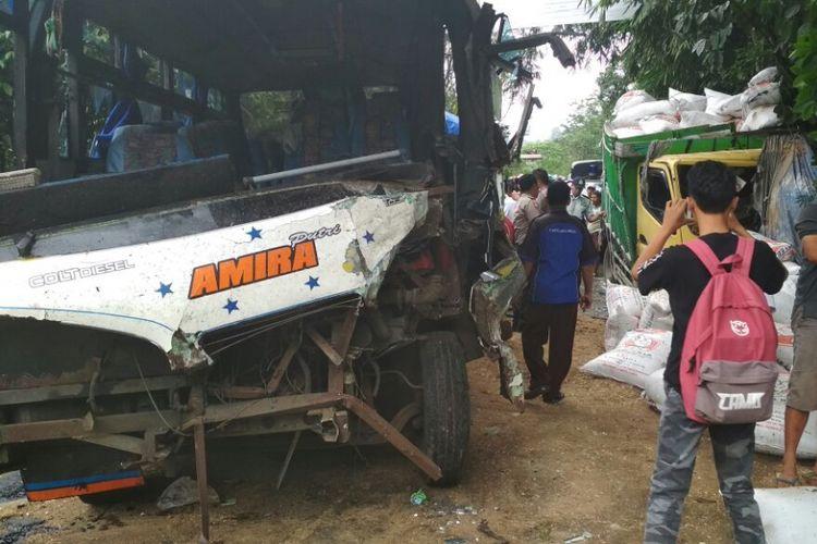 Bus Amira dengan nomor polisi R-1498-EA menyeruduk truk engkel bermuatan pupuk dengan nomor K-1832-DH di jalur tengkoran Dukuh Bayeman, Desa Tlahab Lor, Kecamatan Karangreja, Purbalingga, Rabu (15/11/2017) sekitar pukul 11.30 WIB.