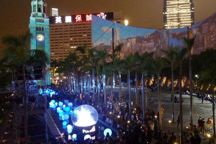 Pelataran di depan Gedung Kesenian Hong Kong saat menyaksikan pertunjukan A Symphony of Lights dan Pulse Light Show di Victoria Harbour, Hong Kong, Jumat (1/12/2017).