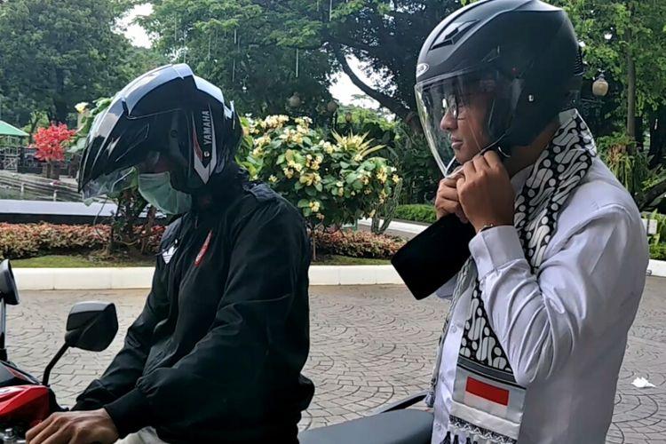 Gubernur DKi Jakarta Anies Baswedan mengendarai ojek online menuju Balai Kota DKI Jakarta, Jumat (8/12/2017).