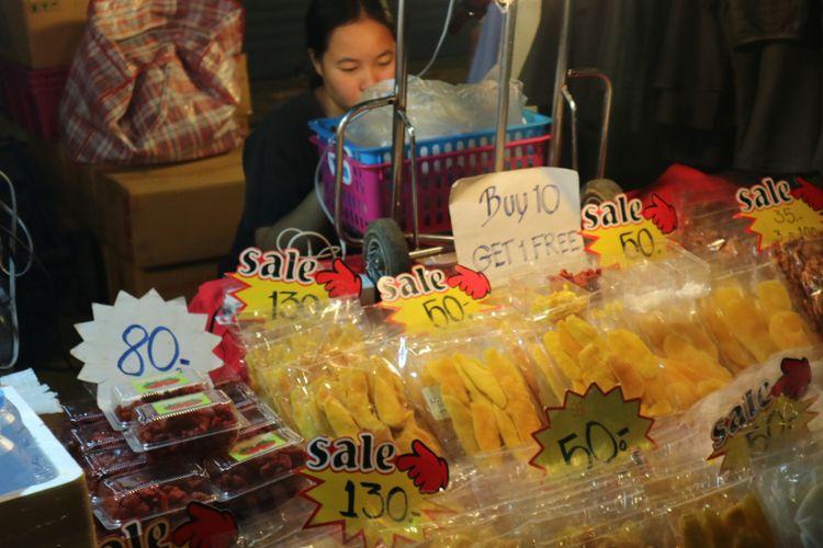 Ragam kuliner street food yang dijual di night market, Chiang Mai, Thailand.