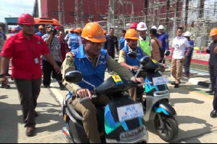Menaker M Hanif Dhakiri mencoba motor listrik seusai apel bulan K3 di PLTU Air Anyir Bangka.