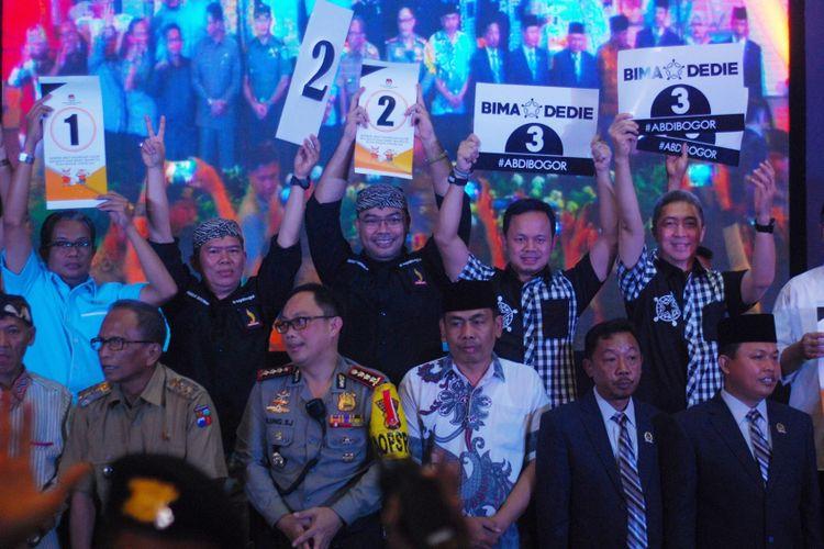 Empat pasangan calon wali kota dan wakil wali kota Bogor menunjukkan nomor urut seusai pengundian nomor urut Pilkada Kota Bogor 2018, di SKI Katulampa, Selasa (13/2/2018).