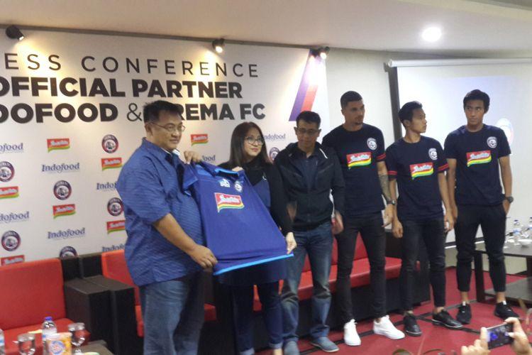 General Manager Arema FC Ruddy Widodo bersama Consumer Activation Manager Corporate Marketing PT Indofood Sukses Makmur Tbk bersama pelatih Arema FC Joko Susilo dan sejumlah pemain saat menunjukkan logo Indomie di kostum skuad Arema FC, Selasa (13/2/2018).