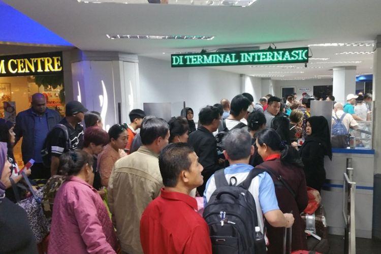 Antrean penumpang yang meninggalkan Batam di Pelabuhan Ferry Internasional Batam Centre, Batam, Kepulauan Riau menyemut. Antrean terjadi sejak pukul 05.30 WIB, Jumat (16/2/2018).