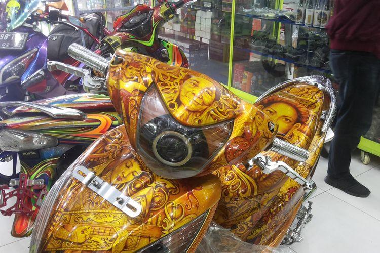 Salah satu sepeda motor display dengan handgrip aluminium yang dipajang di salah satu toko aksesori di Otista, Kampung Melayu, Jakarta Timur, Minggu (11/3/2018).
