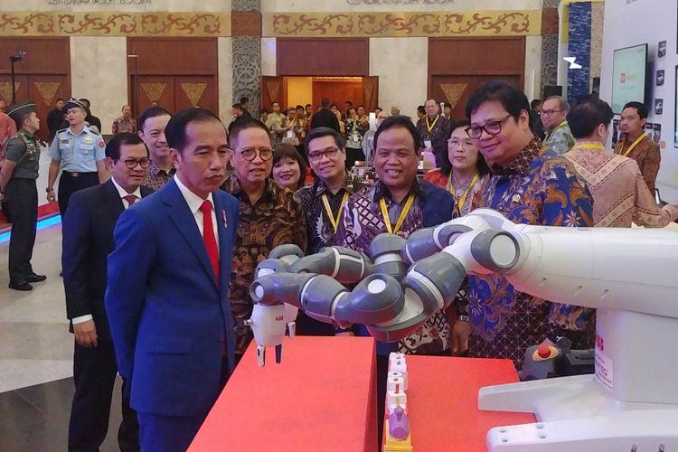 "Presiden Joko Widodo meninjau pameran dalam peresmian pembukaan Indonesia Industrial Summit Tahun 2018 dan Peluncuran ""Making Indonesia 4.0"" di Jakarta Convention Center, Senayan, Jakarta, Rabu (4/4/2018)."