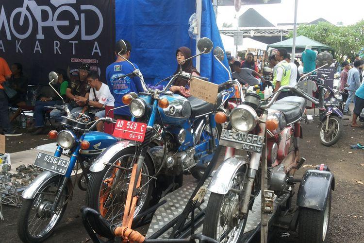 Deretan motor lawas Honda CB Series siap jual yang dipajang di lokasi Pasar Jongkok Otomotif (Parjo), di Museum Purna Bhakti Pertiwi, Taman Mini Indonesia Indah, Jakarta Timur, Sabtu (7/4/2018).