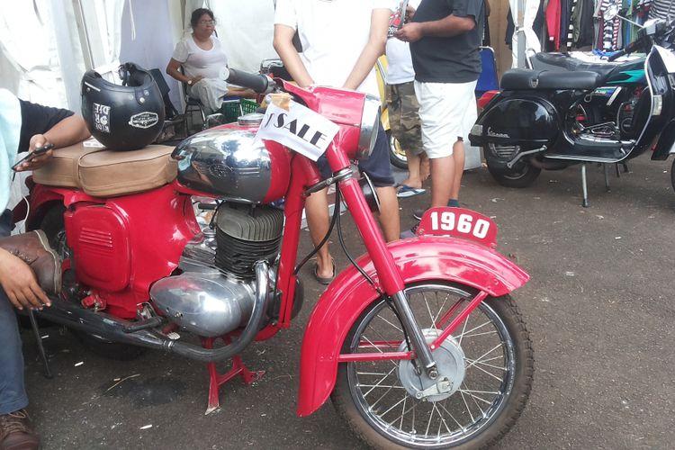 Salah satu sepeda motor lawas yang siap jual yang dipajang di lokasi Pasar Jongkok Otomotif (Parjo), di Museum Purna Bhakti Pertiwi, Taman Mini Indonesia Indah, Jakarta Timur, Sabtu (7/4/2018).