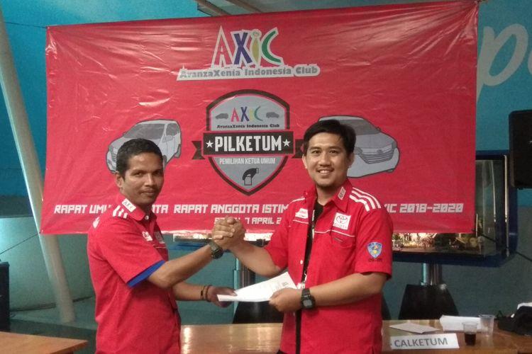 Taufik Hidayatulloh (kanan) resmi menjadi Ketua Umum Avanza Xenia Club Indonesia (AXIC) periode 2018 - 2020 menggantikan pejabat periode sebelumnya Chairul M Putra (kiri).