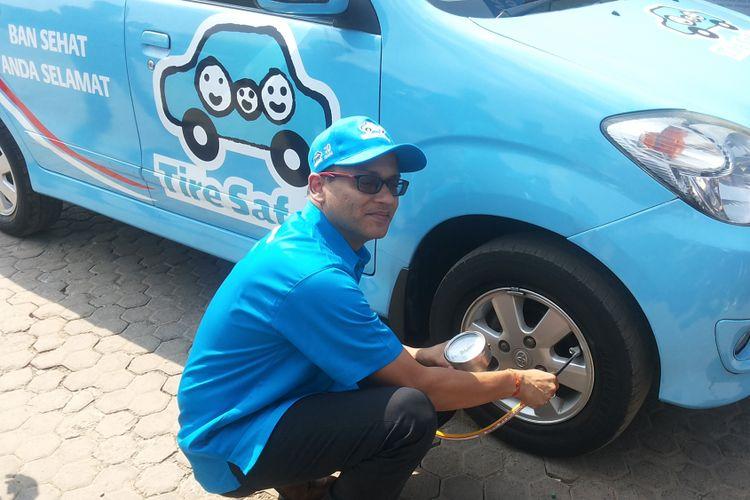 Presiden Direktur PT Bridgestone Indonesia Gaurav Gupta memperagakan cara memeriksa tekanan angin dengan alat khusus dalam kunjungannya ke rest area 57 Tol Jakarta-Cikampek yang menjadi lokasi kampanye keselamatan ban, Selasa (8/5/2018).