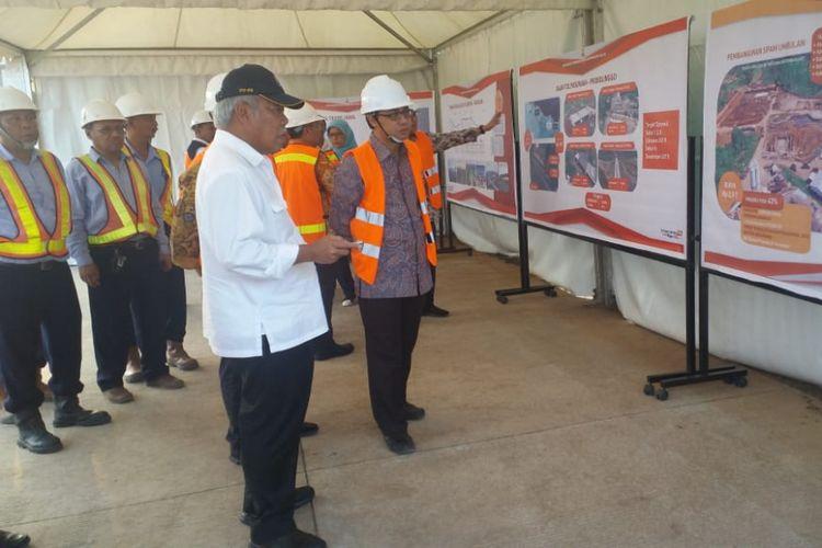 Menteri PUPR Basuki Hadimuljono saat meninjau pengerjaan ruas tol Gempol-Pasuruan, Sabtu (12/5/2018).