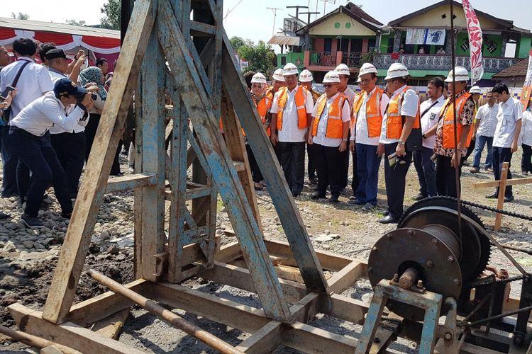 Direktur Jenderal Penyediaan Perumahan Kementerian PUPR Khalawi Abdul Hamid usai melakukan Ground Breaking Rusunawa untuk Masyarakat Berpenghasilan Rendah (MBR) di Kota Magelang, Rabu (16/5/2018)