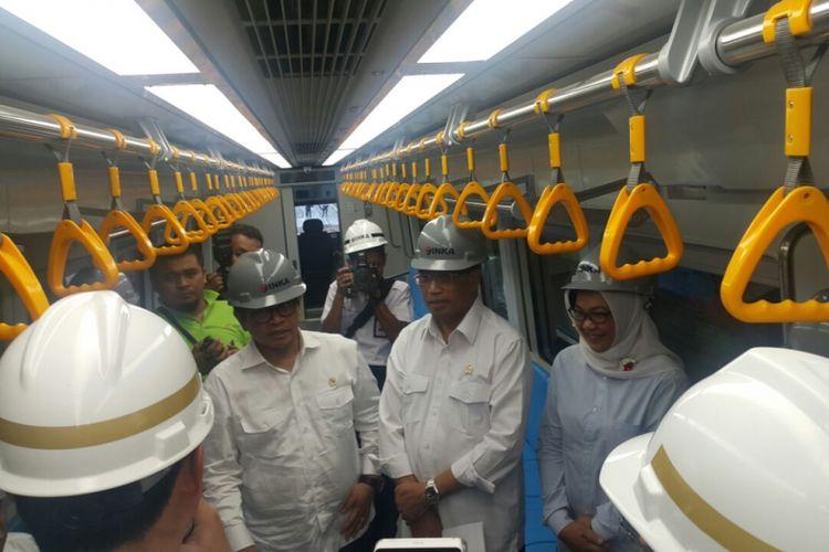 Menteri Perhubungan, Budi Karya Sumadi dan Sekreatis Kabinet, Pramono Anung saat melihat kondisi LRT Asean Games di PT INKA, Madiun, Jawa Timur, Selasa ( 29/5/2018) sore.