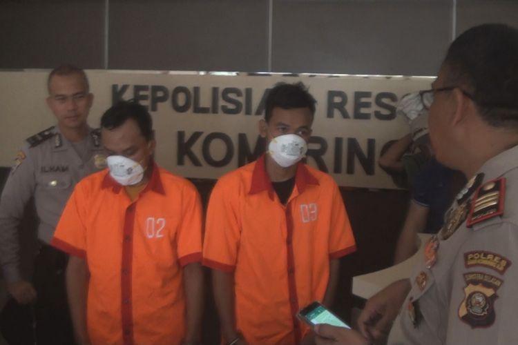 Kapolsek Pedamaran AKP Bambang Sumantri mengintrogasi kedua pelaku peredaran uang palsu di wilayahnya di Kecamatan Pedamaran OKI