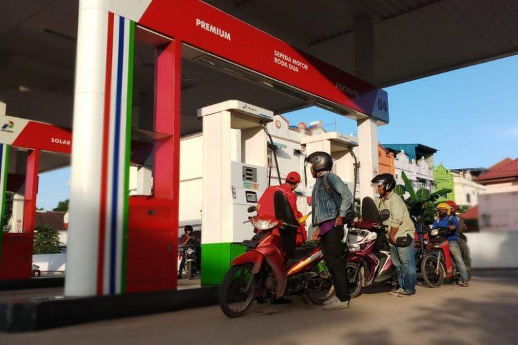 Ilustrasi: Pelanggan BBM jenis Premium mengantri di salah satu SPBU di Kepulauan Riau.