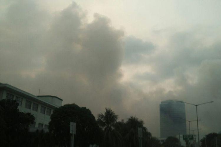 Asap putih membubung dari lokasi kebakaran di kompleks JIExpo Kemayoran, Jakarta Pusat, Selasa (5/6/2018).
