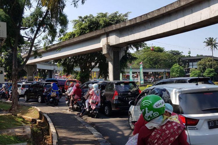 Suasana kepadatan lalu lintas di dalam TMII, Senin (18/6/2018)
