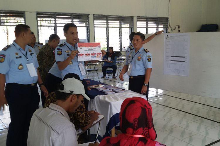 Panitia pemungutan suara saat melakukan penghitungan di TPS 5 Lapas Tua Tunu Pangkal Pinang.