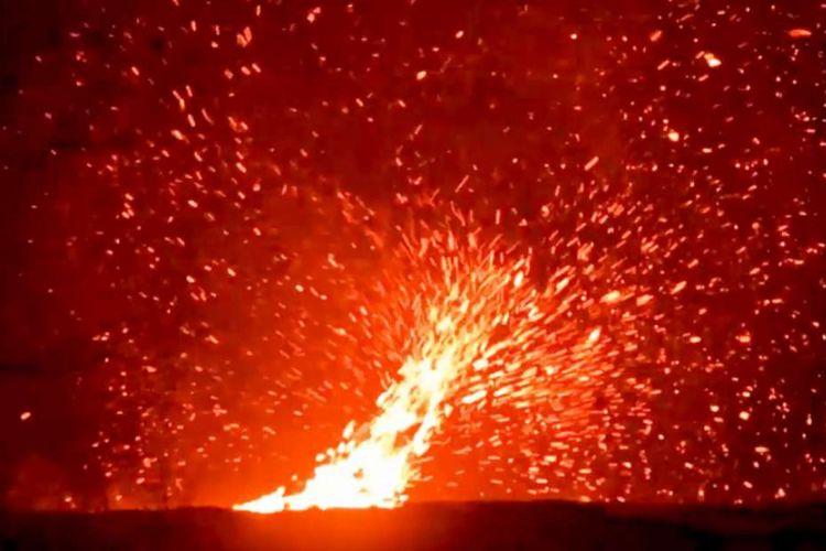 Pusaran angin di atas lava mengalir di Gunung Kilauea, Hawaii.