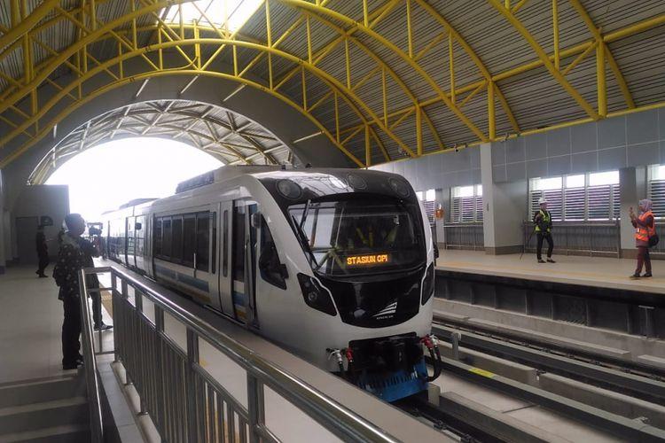 Presiden Joko Widodo sat mencoba kereta LRT Palembang, Sumatera Selatan, Jumat (13/7/2018)