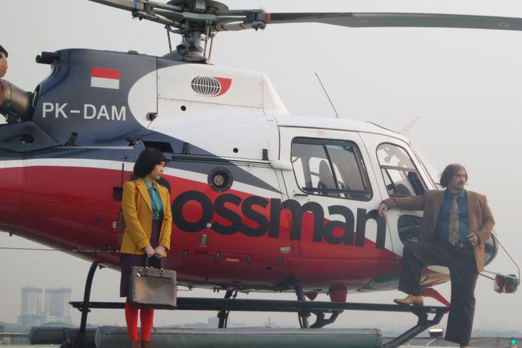 Reza Rahadian dan Bunga Citra Lestari berpose untuk mempromosikan film My Stupid Boss 2 di Helipad Pondok Indah Mal (PIM) 3, Jakarta Selatan, Selasa (31/7/2018).