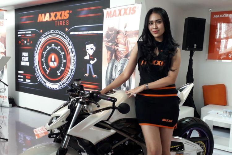 Seorang model berpose dengan Honda CB150R yang sudah dimodifikasi bergaya minor fighter. Motor tersebut dipamerkan di booth salah satu produsen ban yang tampil di GIIAS 2018 di ICE, BSD City, Tangerang pada 2-12 Agustus silam.