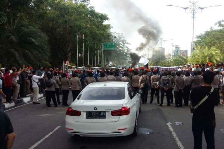 Mobil yang ditumpangi Neno Warisman dihadang sejumlah massa di gerbang Bandara SSK II Pekanbaru, Riau, Sabtu (25/8/2018).