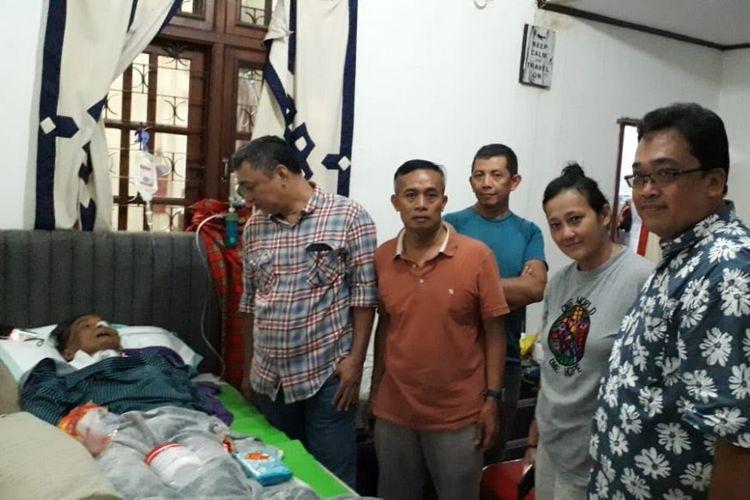Rekan-rekan Mapala UI menjenguk Muhamad Ogun atau akrab disapa Ogun di rumahnya di bilangan Jakarta pada Jumat (24/8) siang. Ogun menghembuskan nafas terakhir pada Minggu (26/8) pukul 17.58 WIB.